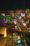 Вид с воздуха на ноче от Эйфелева башни неоновых свет прокладки Лас-Вегас и, Лас-Вегас, NV Стоковые Изображения RF