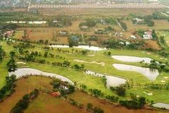 Вид с воздуха над полем зеленого цвета гольфа Стоковое Фото