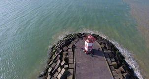 Вид с воздуха над пристанью с маяком Летание трутня над пристанью и pharos кубов каменными сток-видео