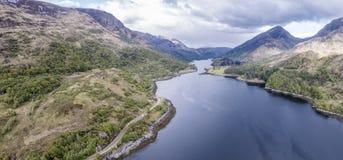 Вид с воздуха озера Leven к Caolasnacon и KInlochleven, Lochaber Стоковые Фото