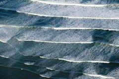 Вид с воздуха ломать океанские волны к югу от Портленда, Мейна Стоковое Фото