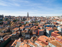 Вид с воздуха оранжевых крыш и исторических зданий старой башни города и церков Clerigos Порту, Португалии Стоковые Изображения