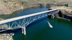 Вид с воздуха дороги местного значения как он пересекает водный путь видеоматериал