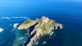 Вид с воздуха острова Сан-Хуана de Gaztelugatxe и churc, Испании видеоматериал