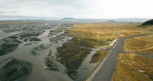 Вид с воздуха долины с плавя ледником на ем и горах Красивый ландшафт исландской природы акции видеоматериалы