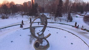 Вид с воздуха памятника космонавта на заходе солнца зимы видеоматериал