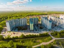 Вид с воздуха панорамы снял на деревне коттеджа в лесе, пригороде, деревне Стоковое Изображение