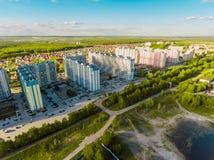 Вид с воздуха панорамы снял на деревне коттеджа в лесе, пригороде, деревне Стоковое фото RF