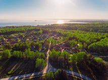 Вид с воздуха панорамы снял на деревне коттеджа в лесе, пригороде, деревне Стоковые Фотографии RF