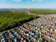 Вид с воздуха панорамы снял на деревне коттеджа в лесе, пригороде, деревне Стоковые Изображения