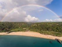 Вид с воздуха парка пляжа залива Waimea с радугой Стоковое Изображение