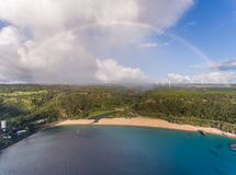 Вид с воздуха парка пляжа залива Waimea с радугой Стоковые Фотографии RF