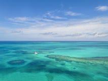 Вид с воздуха песочных пальцев ноги острова, Багамских островов приставает к берегу Стоковые Изображения RF