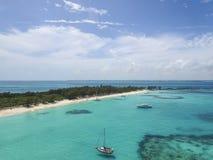 Вид с воздуха песочных пальцев ноги острова, Багамских островов приставает к берегу Стоковое Изображение RF