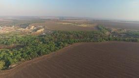 Вид с воздуха природы Бесконечные вспаханные поля к горизонту видеоматериал