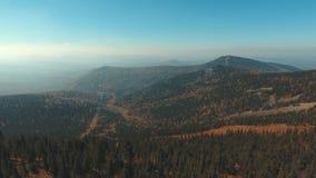 Вид с воздуха природы Горная область панорамы на заходе солнца сток-видео