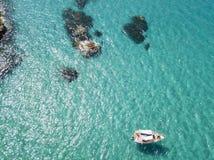 Вид с воздуха причаленной шлюпки плавая на прозрачное море Стоковое Изображение RF