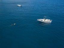 Вид с воздуха причаленной шлюпки плавая на прозрачное море Стоковые Изображения RF
