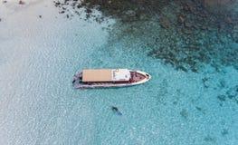 Вид с воздуха путешествовать быстроходного катера Стоковые Изображения RF
