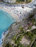 Вид с воздуха пляжа с зонтиками и купальщиками tropea Калабрии Италии Стоковая Фотография RF