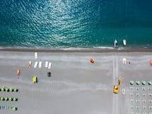 Вид с воздуха пляжа с каное, шлюпками и зонтиками Прая конематка, провинция Cosenza, Калабрии, Италии Стоковые Изображения