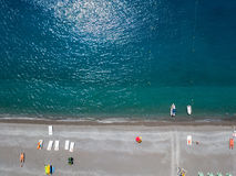 Вид с воздуха пляжа с каное, шлюпками и зонтиками Прая конематка, провинция Cosenza, Калабрии, Италии Стоковая Фотография