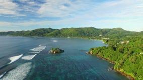 Вид с воздуха пляжа Anse Royale на острове Mahe, островах Сейшельских островов акции видеоматериалы
