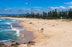 Вид с воздуха пляжа Wollongong с непознаваемыми людьми ослабляет стоковая фотография