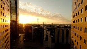 Вид с воздуха района современного города финансового на заходе солнца акции видеоматериалы