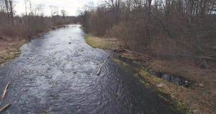 вид с воздуха Река пропускает через сломленную запруду видеоматериал
