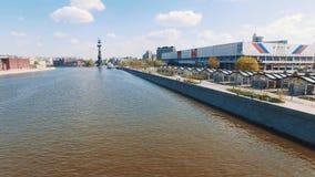 Вид с воздуха реки города, людей идя на embankmet, резвится здание в парке видеоматериал