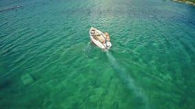 Вид с воздуха рыбацкой лодки в заливе Мали Ston сток-видео