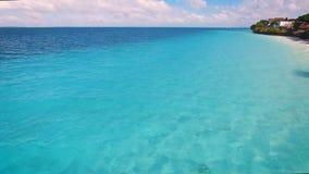 Вид с воздуха рыболова бедных плавает на маленькой лодке вдоль тропического пляжа сток-видео
