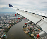 Вид с воздуха самолета приходя в землю над Хошимином Стоковые Фото