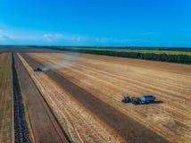 Вид с воздуха сбора машины земледелия жатки зернокомбайна Стоковое фото RF