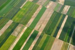 Вид с воздуха сельской местности с деревней и полей урожаев Стоковые Изображения