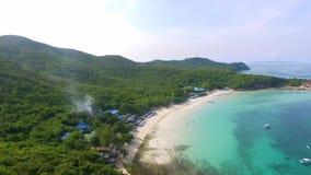 Вид с воздуха скалистых островов в море Andaman, Таиланде poda Таиланд krabi острова Долгая выдержка пляжа Makua сток-видео