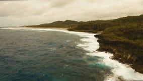 Вид с воздуха скал и волны Филиппины, Siargao сток-видео