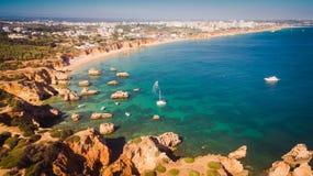 Вид с воздуха скал и Прая в Portimao, области пляжа Алгарве, Португалии Стоковая Фотография RF