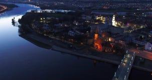 Вид с воздуха старого городка города на ноче сток-видео
