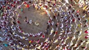 Вид с воздуха танца приятельства