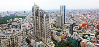 Вид с воздуха токио с занятыми дорогами и офисными зданиями Стоковое фото RF