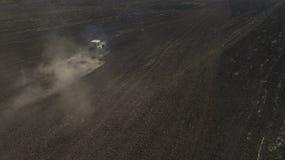 Вид с воздуха трактора в поле осматривает сверху стоковые фото