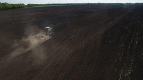 Вид с воздуха трактора в поле осматривает сверху стоковая фотография