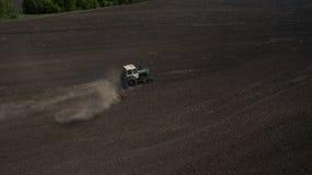 Вид с воздуха трактора в поле осматривает сверху стоковое изображение