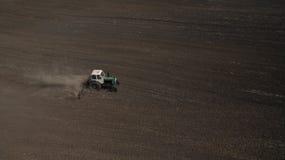 Вид с воздуха трактора в поле осматривает сверху стоковые фотографии rf