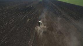 Вид с воздуха трактора в поле осматривает сверху стоковое изображение rf