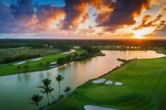 Вид с воздуха тропического поля для гольфа на заходе солнца, Punta Cana стоковое изображение rf