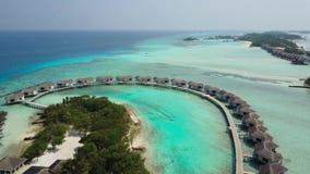 Вид с воздуха тропической гостиницы островного курорта с белыми пальмами песка и Индийского океана бирюзы на Мальдивах