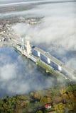Вид с воздуха тумана над утюгом ванны работает и Kennebec река в Мейне Работы утюга ванны руководитель в дизайне поверхностного в стоковая фотография